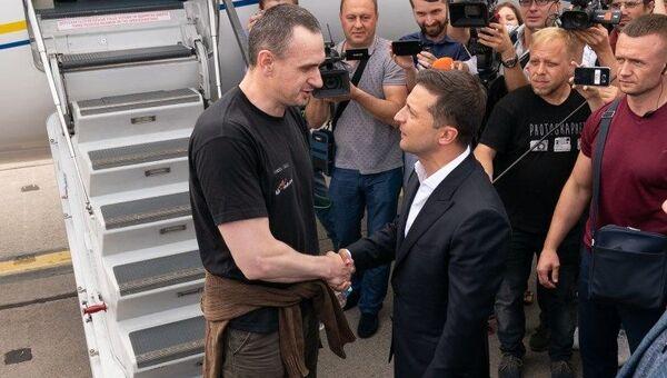 Президент Украины Владимир Зеленский и режиссер Олег Сенцов. Архивное фото
