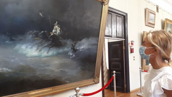 Посетители в залах Феодосийской картинной галереи им.Айвазовского