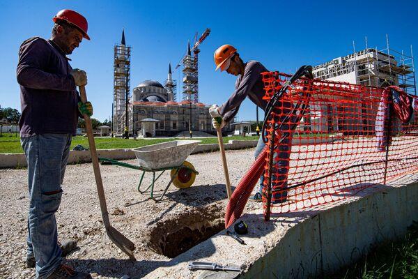 Рабочие облагораживают двор соборной мечети.