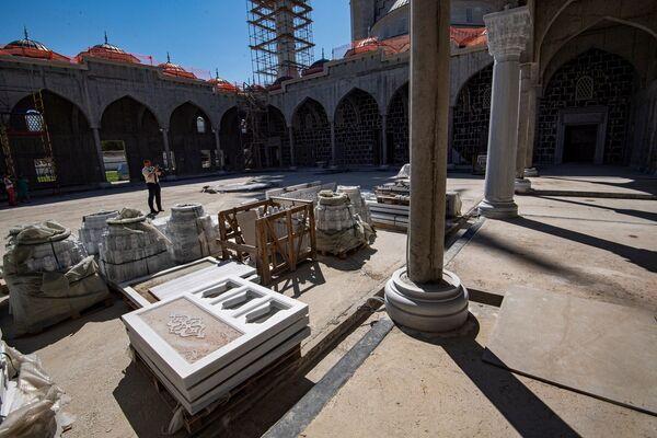 Соборная мечеть станет самым большим мусульманским культовым сооружением в Крыму. Авторами проекта выступили известные крымские архитекторы — Идрис и Эмиль Юнусовы.