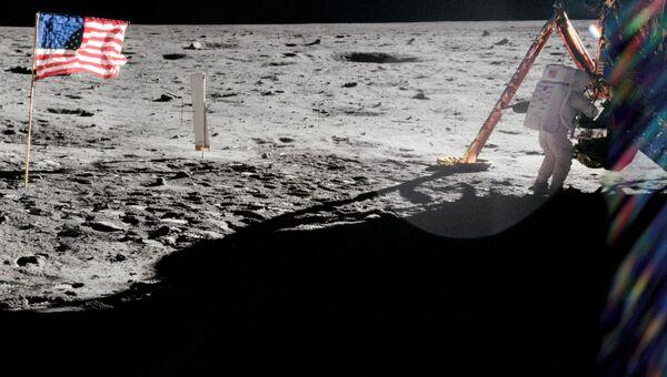 20 июля 1969 года. Командир Аполлона-11 Нил Армстронг работает около лунного модуля