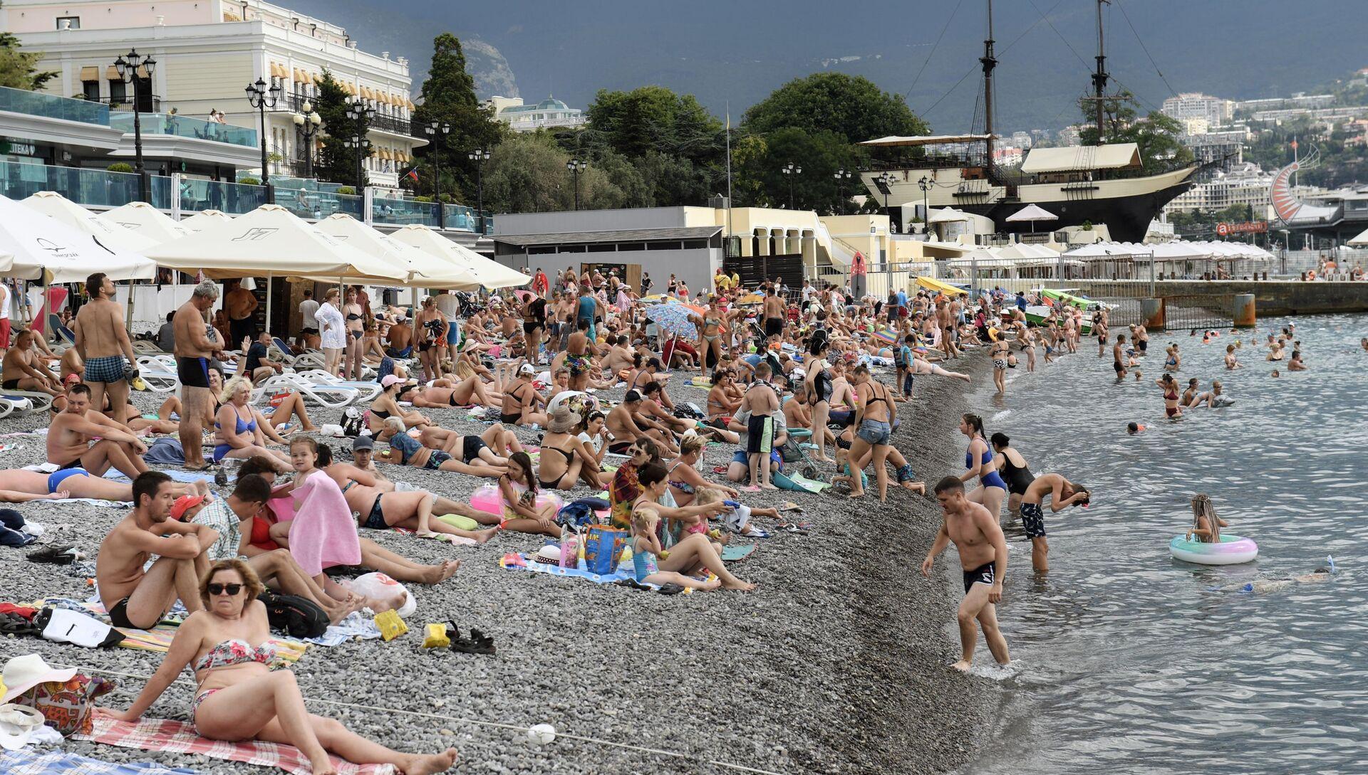 Отдыхающие на пляже в Крыму - РИА Новости, 1920, 15.06.2021