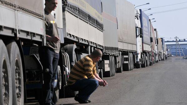 Многокилометровая очередь из грузовых автомобилей в Шушарах