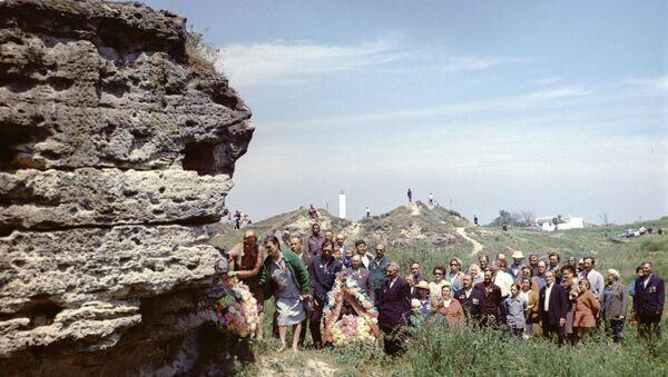 Возложение венков ко входу в Аджимушкайские каменоломни