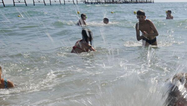 Дети купаются в море