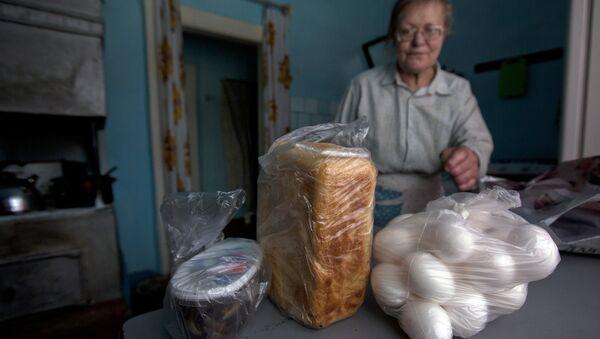 Пенсионерка с продуктами. Архивное фото